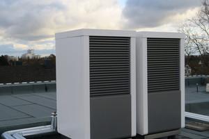 Die beiden Luft/Wasser-Wärmepumpen BLW NEO aus dem Hause Brötje sind als Kaskade auf dem Dach des Hauses installiert worden