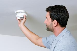 Rauchwarnmelder müssen regelmäßig überprüft werden. Es empfiehlt sich, einen professionellen Dienstleister damit zu beauftragen