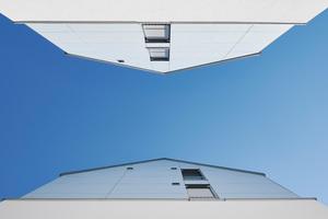 Dem Himmel so nah: Leicht versetzte Fenster verhindern eine allzu freie Sicht in die Nachbarwohnung