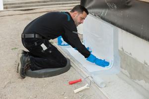 In das noch flüssige Material wird ein Spezialvlies eingearbeitet und mit einer zweiten Schicht versehen. Triflex SmartTec ist witterungs- und UV-beständig und schützt die Bausubstanz für viele Jahre