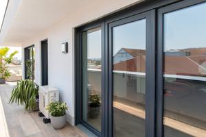 Die Fensteranordnung einer Penthouse-Wohnung