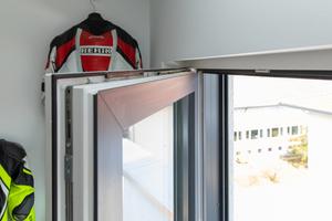 Die Fensterfalzlüfter sind oben quer in der Dichtungsnut eingeclipst