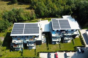 Hochleistungs-Photovoltaikelemente modernster Bauart liefern sogar bei diffusem Licht viel Strom, sodass nicht einmal die gesamte Dachfläche mit Paneelen belegt werden musste