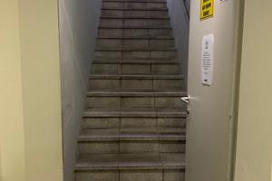 Massiver Feuchteeintrag hatte an der Treppe des Fitnessstudios Vitaclub in Mondsee zu Abplatzungen an den Waschbetonplatten geführt