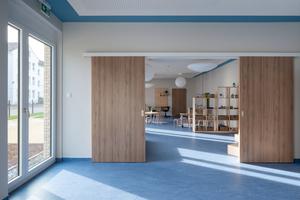 Durch Schiebetüren und mobile Elemente lassen sich die Räume einfach und flexibel an bestimmte Nutzungen und Situationen anpassen