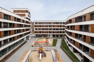 Ruhiger Innenhof: Die 4 Baukörper gruppieren sich um einen großzügigen Platz, der den Bewohnern entspannte Begegnungen ermöglicht und die Kinder zum Spielen einlädt