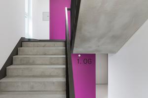 Unten links: Zeitgemäße Klarheit und Funktionalität. In den hellen Flurbereichen sorgen kontrastierende Farbflächen für reizvolle Kontraste