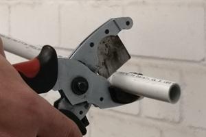 Einfache Verarbeitung: Im ersten Schritt wird das Rohr auf die passende Länge gebracht und entgratet
