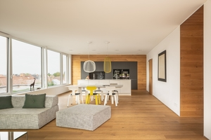 Innen wurde auf eine wohlfühlend klare Architektur, viel Tageslicht und eine hochwertige Raumgestaltung mit natürlichen Materialien gesetzt