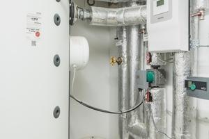 Rechts: Jedes Gebäude verfügt auch über einen Pufferspeicher SBP 1000 E, der die Wärme bevorratet. Über den Wärmepumpenmanager werden alle eingestellten Funktionen automatisch geregelt