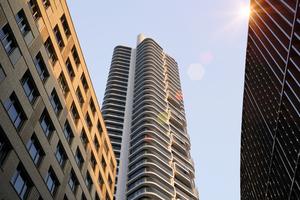 Der von Magnus Kaminiarz & Cie. entworfene und von GSP Städtebau entwickelte Wohnturm verfügt über 51 Geschosse mit 418 Wohnungen