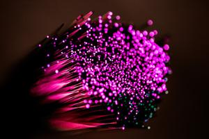 Glasfaser überträgt Daten in Lichtgeschwindigkeit - die Kapazität ist physikalisch nahezu unbegrenzt. DeshalbistGlasfaserweltweit derStandard für das 221. Jahrhundert