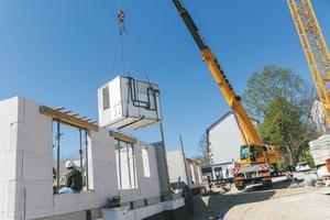 Auf der Baustelle werden die Module mittels Kran eingesetzt