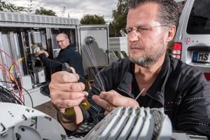 Glasfasern sind feiner als ein menschliches Haar. Sie übertragen Daten in Lichtgeschwindigkeit - das macht sie dauerhaft konkurrenzlos