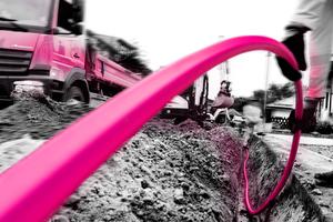 Glasfaserverlegung unter dem Bürgersteig: Das neue Telekom-Netz endet vielerorts schon kurz vor der Haustür. Jetzt sollen die Lichtleiter bis in die Wohnung
