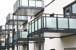 Rechts: Alle Wohnungen verfügen über eine Terrasse oder einen Balkon