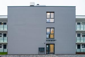Links: Eine dem Laubengang vorgelagerte Gebäudespange beinhaltet u. a. die Aufzugsanlage und das Treppenhaus
