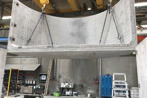 Thermischer Pufferspeicher: Herstellung der Betonfertigteile im Werk der Firma Mall in Donaueschingen. Zu sehen ist ein halbkreisförmiges Endstück des Behälters