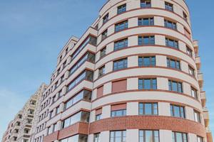 Insgesamt mehr als 660 Wohneinheiten umfasst das Stadtquartier Südkreuz im Berliner Bezirk Schöneberg. Der geometrische Grundstückszuschnitt ergibt eine interessante runde Kopfbebauung als Abschluss zur Straße
