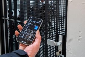 Rechts: Mit dem Smartphone haben die Mieter über die REOS-Mieterapp die Möglichkeit die komplette Schließanlage auch per Smartphone zu bedienen