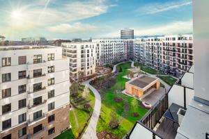 """Der Blick in den Innenhof verdeutlicht die Dimensionen des Neubaus nahe dem S-Bahnhof Südkreuz, der dem Quartier den Namen gab. Der """"Allround-Pavillon"""" genannte Flachbau im Innenhof gehört zu den Gemeinschaftseinrichtungen für die Mieter"""