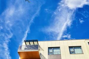 Lüftungssysteme sollen insbesondere in dicht bebauten Gebieten oder in Flughafennähe sehr gute Filterleistungen und Schallschutzwerte aufweisen, ohne dass die Betriebseffizienz darunter leidet