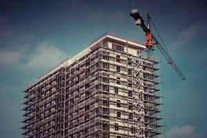 Beim Installieren einer zentralen Wohnraumlüftung müssen Leitungen und Schächte in Wand, Decke und Boden gelegt werden, durch welche die Luft ihren Weg in die Räume finden soll. Dadurch geht Wohnraum verloren und die Geschosshöhe wird vergrößert, was den Bauaufwand erhöht<br />