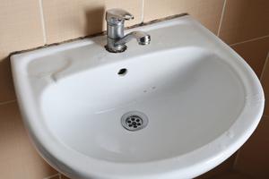 Selten bis gar nicht benutzte Entnahmestellen, in denen das Trinkwasser stagniert, stellen eine Gefahr dar