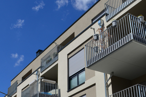 Kleinere Fassadenvorsprünge sowie hervorstehende Balkone prägen das äußere Erscheinungsbild des Gebäudekomplexes