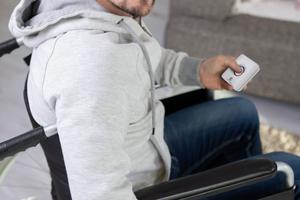 Rechts: Eine funkvernetzte Fernbedienung ermöglicht auch Menschen mit Einschränkungen das Testen und temporäre Stummschalten von Rauchwarnmeldern ohne fremde Hilfe