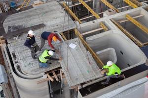 Auf der Baustelle mussten die&nbsp; Fertigteildeckenelemente nur noch miteinander verbunden werden<br />