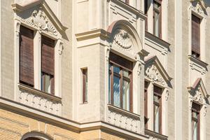 Die harmonische Farbgestaltung, die die plastischen Fassadenstrukturen des Wohnhauses schön zur Geltung bringen, bleibt dank Ultrasil HP 1901 dauerhaft licht- und farbecht