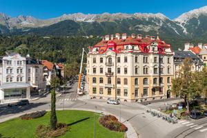 Imposanter Blickfang am Claudiaplatz im Innsbrucker Stadtteil Saggen: Nach der Fassadensanierung erhielt das prächtige Mehrfamilienhaus seine ursprüngliche Schönheit zurück