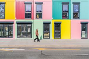 Auf einer Bruttofläche von 2.500 Quadratmetern sind zwanzig Büro- bzw. Ateliereinheiten, neun Werkstätten sowie ein Künstler-Café untergebracht