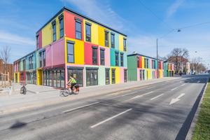 Künstler und Künstlerinnen aller Sparten nutzen das kunterbunte Gebäudeensemble des Containerspezialisten FAGSI als kreative Atelier- und Ausstellungsfläche