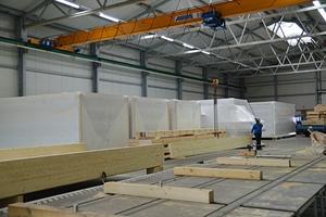 Kurze Aufbauzeiten erreicht man durch die präzise Vorfertigung von Holzbau-Elementen in der Ochs-Produktionshalle