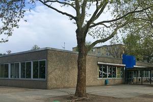 Der Bestandsbau als Fertigteil-Stahlbeton-Gebäude nebst Sporthalle aus den 1970er Jahren war geprägt durch eine konstruktive, modulare Ordnung