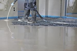 Zusammen sind Trittschalldämmung, Fußbodenheizung und Nivellierestrich N 440 von Knauf nur 42 Millimeter hoch – eine besonders schlanke Konstruktion