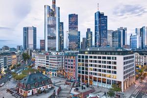 """Der Omniturm mag nicht das höchste Gebäude der Frankfurter Skyline sein, sticht mit seinem charakteristischen """"Hüftschwung"""" aber trotzdem aus der Masse heraus"""