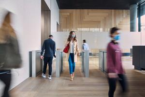 Zugangssysteme und Aufzüge sind nahtlos verbunden und geleiten die Nutzer*innen durch das Gebäude