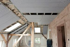 Heiz- und Kühlsysteme für Wand und Decke wie Uponor Renovis eignen sich für die Kombination mit einer Fußbodenheizung. Darüber hinaus sind sie für die Modernisierung von Dachgeschossen sehr interessant