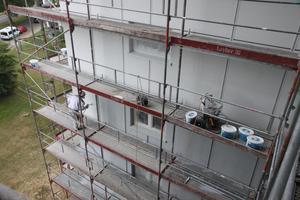 """Ein Material für sehr glatte Oberflächen: Mit Ratiospray 2170 beschichtete das Unternehmen """"Malerarbeiten im Trend (MiT) - Dierkes GmbH"""" rund 7.000 Quadratmeter Fassadenfläche"""