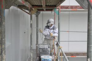 Arbeit mit dem Airless-Verfahren: Das Spritzmaterial wird ohne Luftzufuhr durch hohen Druck zerstäubt und auf die Oberfläche aufgebracht