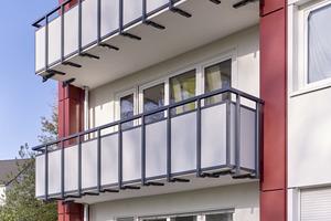 Das Farbkonzept sah vor, Ratiospray 2170 in vier verschiedenen Farbtönen aufzutragen: Die Fassade wurde in Weiß getaucht, das Obergeschoss und ein Teil der Brüstungen wurde in Grau gestaltet, die übrigen Brüstungen und Fassadenlisenen erhielten eine rote Beschichtung und der Sockel wurde in Anthrazitgrau abgesetzt<br />