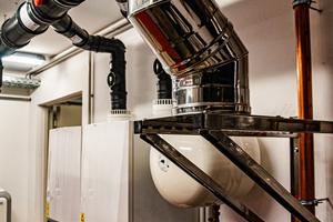 Der Abgasdruckwächter befindet sich in der Verbindungsleitung – unmittelbar am Übergang zur Steigleitung. Er misst kontinuierlich die Druckverhältnisse und schaltet ab 50Pa Überdruck alle Wärmeerzeuger automatisch ab