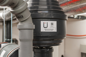 Rechts: Die Rückstromsicherung RSS verhindert im Überdruckbetrieb das Rückströmen von Verbrennungsgasen, eine elementare Sicherheitskomponente der ATEC-Systemlösung