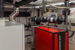 Besondere Abgasführung: Bei der Systemlösung von ATEC wird das BHKW gemeinsam mit der Brennwert-Kaskade an einen Abgasstrang angeschlossen