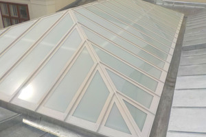Für Untergründe aus Glas oder Metall bietet Triflex spezielle Primer an. Diese sind schnelltrocknend, sodass bereits nach kurzer Zeit mit dem Auftrag der Abdichtung begonnen werden kann