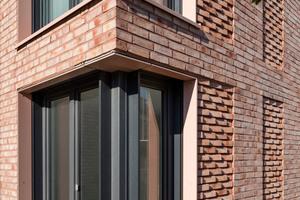Bodentiefe Eckfenster lockern die Fassadenstruktur auf und sorgen für viel Licht im Inneren