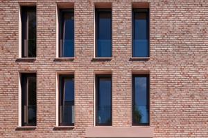"""<irspacing style=""""letter-spacing: -0.02em;"""">Der """"Terca Wasserstrichziegel Moran"""" von Wienerberger erzeugt mit seinen hell-rötlichen, warmen Naturtönen genau das Farbspiel, das im Fassadenkonzept der Architekten definiert ist</irspacing>"""
